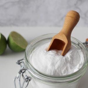 Cura l'acne, disinfetta, sgrassa l'unto e aiuta nella lievitazione: tutte le bugie sul bicarbonato